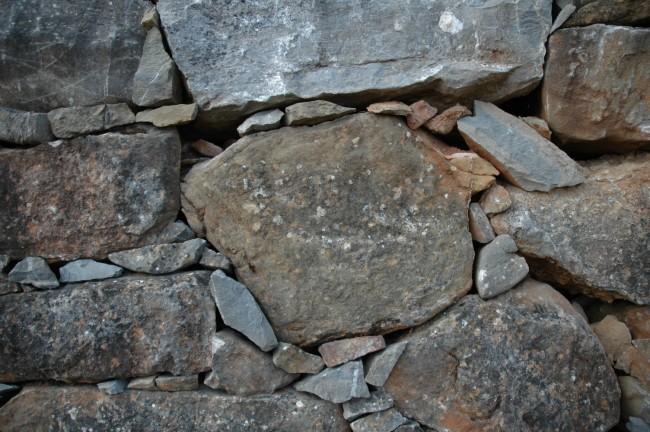¿Cómo instalar un revestimiento con piedra en un muro exterior?