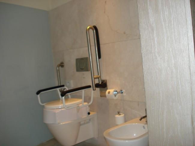 ¿Cómo instalar en el baño barras de seguridad para personas con discapacidad?