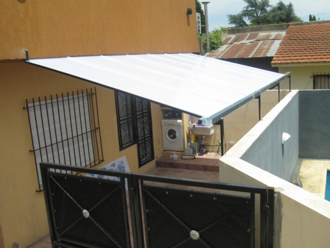 C mo instalar un techo de policarbonato en sencillos pasos for Techo policarbonato transparente