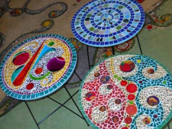 Como hacer una mesa para el jard n con mosaiquismo for El mural de mosaicos