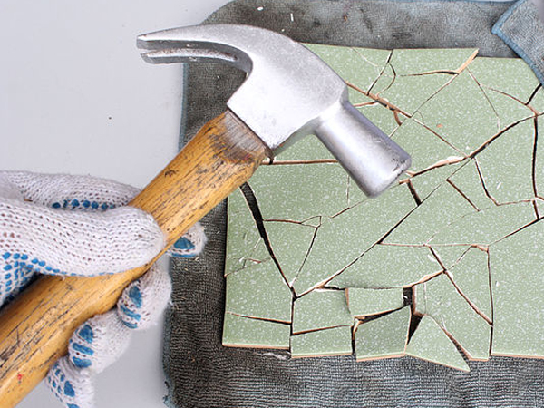 Como hacer una mesa para el jard n con mosaiquismo for Como poner baldosas en pared