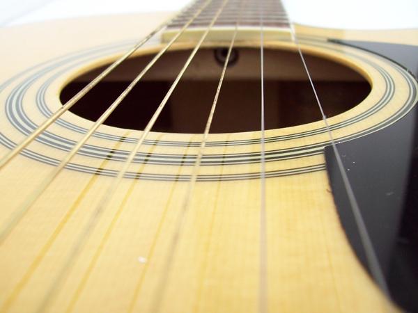 Consejos para instalar bien las cuerdas de una guitarra acústica