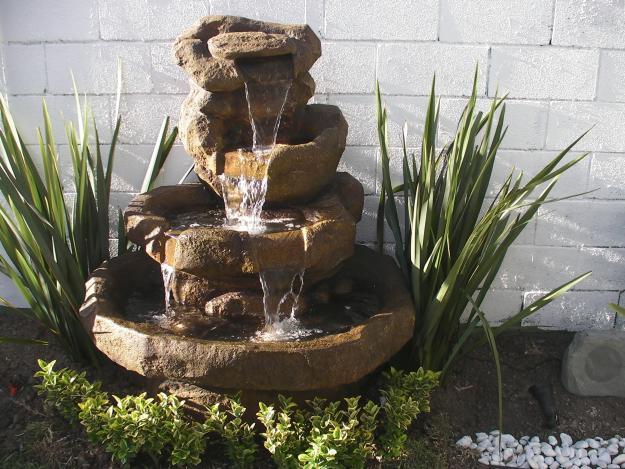 Instalar una fuente de agua decorativa en el jardin modelos - Fuentes para patios ...