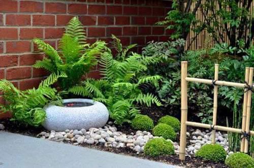 C mo poner plantas en un jardin peque o qu conviene elegir for Accesorios para jardines pequenos