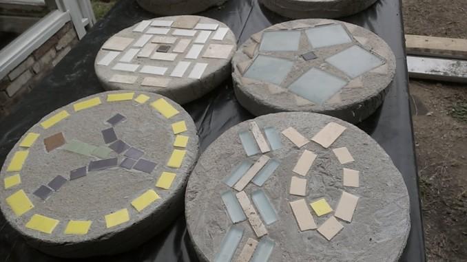 Losetas para jard n con cemento piedras y trozos de cer mica - Losas de hormigon para jardines ...