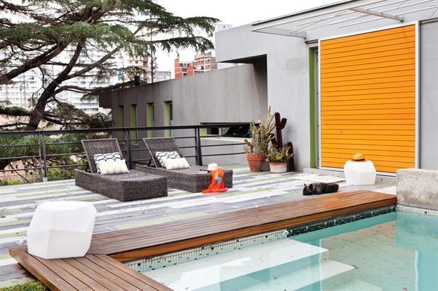 C mo instalar un patio urbano funcional de acuerdo al for Como decorar un patio con pileta