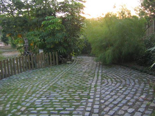 C mo instalar camino de adoquines en nuestro patio for Colocar adoquines en jardin