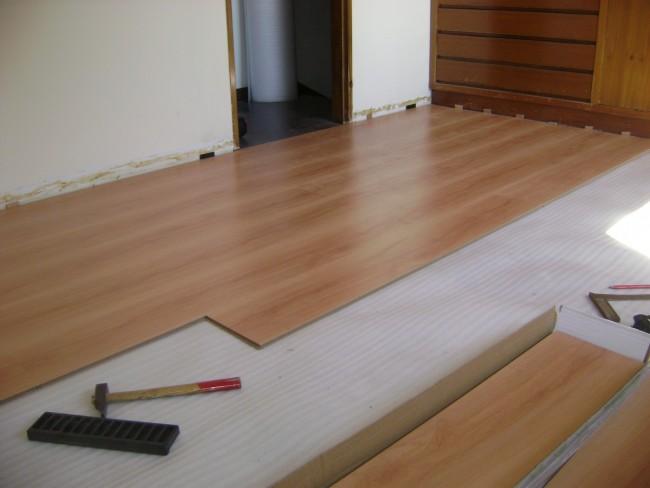 Como instalar un piso flotante Como colocar ceramica en pared