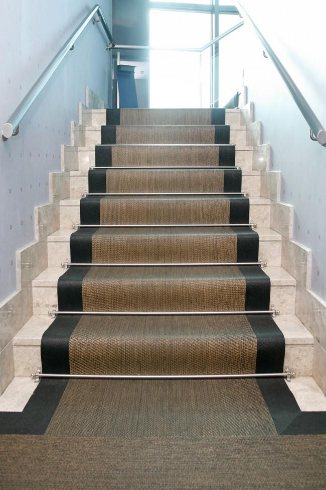 C mo instalar una alfombra en la escalera de forma muy f cil for Escaleras con alfombra