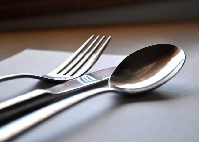 ¿Cómo se deben colocar los cubiertos en la mesa de manera correcta?