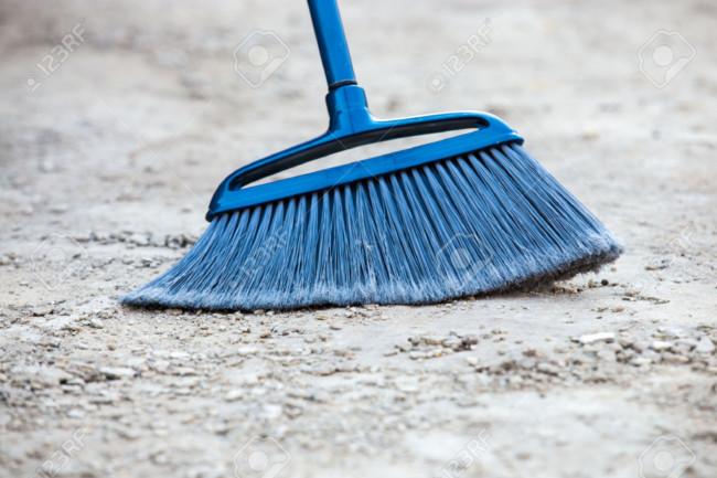 38796278-Cerca-de-la-escoba-azul-cepillado-gris-desmenuzado-acera-de-cemento-al-aire-libre-la-limpieza-Foto-de-archivo