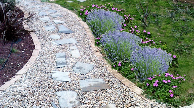 Hacer-un-camino-de-piedras-en-el-jardin-1