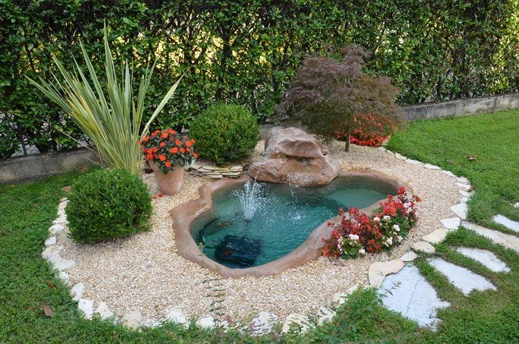 Jardín Pequeño Con Fuente De Agua