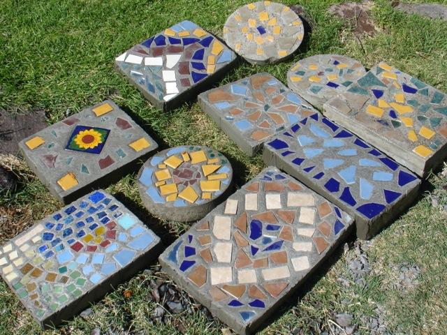 Losetas para jard n con cemento piedras y trozos de cer mica for Materiales para hacer un piso