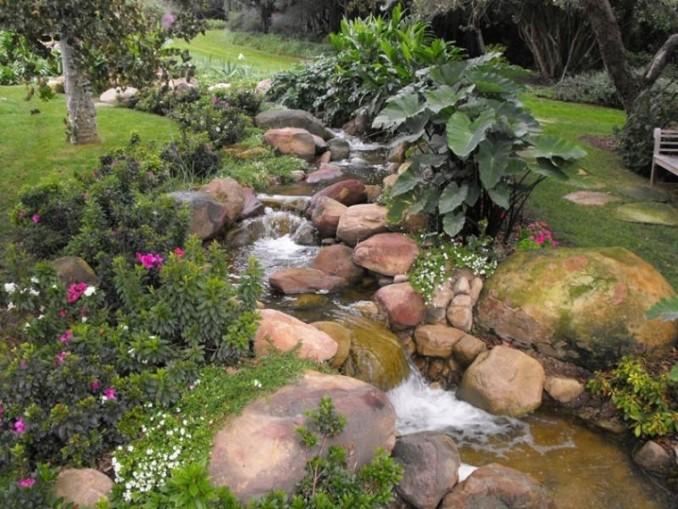 Instalar jardines con piedras y cascadas muy naturales for Cascadas para jardin piedra