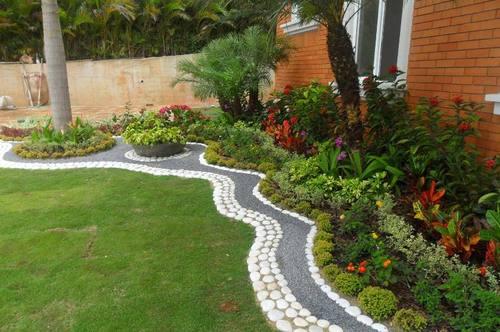 jardines pequeos con detalles de piedras de color - Decoracion De Jardines Pequeos