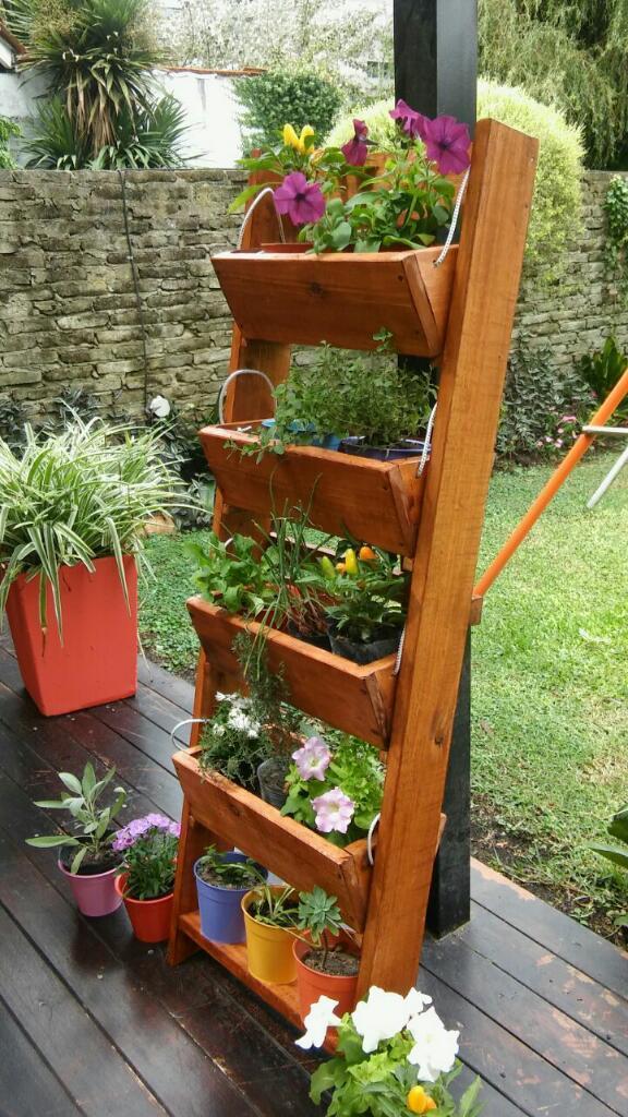 C mo instalar una huerta vertical urbana for Estructura para jardin vertical
